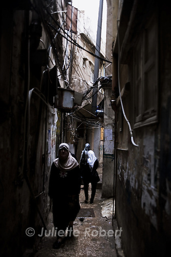 Palestinian women in the small alleys of the palestinian camp of Burj el Barajneh, south of Beirut, Lebanon. <br /> <br /> Dans le d&eacute;dales des ruelles du camp palestinien de Burj El Barajneh, au sud de Beyrouth