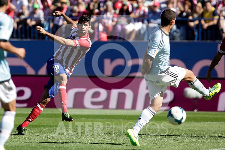 Atletico de Madrid´s Diego Costa (L) during La Liga 2013/14 match. October 06, 2013. (ALTERPHOTOS/Victor Blanco)