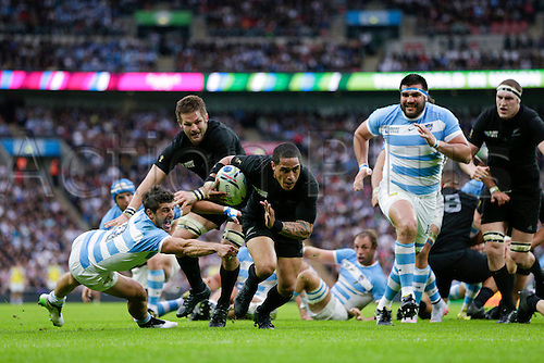 20.09.2015. London, England. Rugby World Cup. New Zealand versus Argentina. New Zealand scrumhalf Aaron Smith beats his opposite man Argentina scrumhalf Tomas Cubelli and goes on to score a try