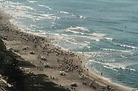 RIO DE JANEIRO, RJ, 12.01.2014 - Domingo de sol e calor desde o início do domingo na Praia da Barra, Zona Oeste da cidade, onde as pessoas procuram se refrescar a beira-mar. (Foto. Néstor J. Beremblum / Brazil Photo Press)