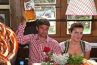 FUSSBALL 1. BUNDESLIGA   SAISON 2012/2013 Die Mannschaft des FC Bayern Muenchen besucht das Oktoberfest am 07.10.2012 Thomas Mueller mit seiner Frau Lisa und einer Mass Bier