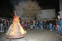 Gemeinde versammelt sich um das Osterfeuer