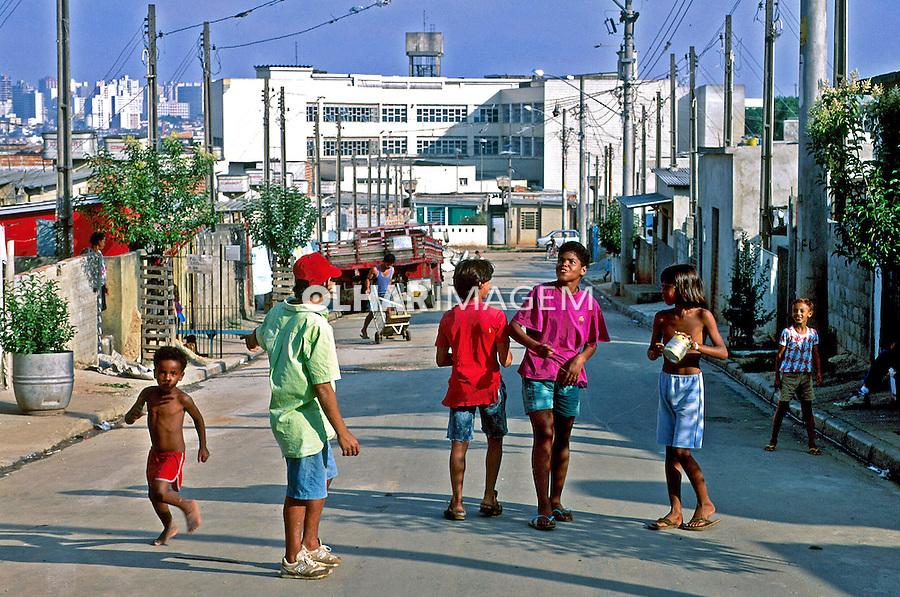 Crianças brincando na rua em Heliópolis. 1995. Foto de Juca Martins.