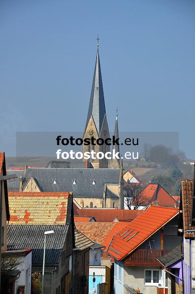 Kirchturm der Ev. Kirche von Nieder-Saulheim über den Dächern des Dorfes