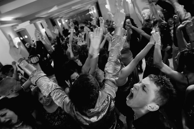 Abiturienten tanzen und gröhlen auf ihrer Abschlussfeier in einem Restaurant in Gabrovo, Bulgarien. Abschlussfeiern von Abiturienten in Bulgarien. / Classmates are dancing and shouting during celebration of their graduation party in a restaurant in Gabrovo, Bulgaria. High-School graduation parties in Bulgaria.