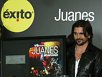 Juanes esta de regreso, sin su camisa negra, sin ataduras y gozando de una libertad artistica que ya se le nota en sus palabras, proyectando una sensibilidad potenciada por un nuevo estado espiritual..Un Juanes con mucha energía para votar corriente durante todo lo que falta de este 2012, de la mano de su producción 'Unplugged' recién salida del horno y una alianza de distribución y conciertos con Almacenes Éxitos, que le abre posibilidades grandes en el mercado nacional..14 canciones en las que comparte con artistas de la talla de Joaquín Sabina y Paula Fernandes, producidas por el gran Juan Luis Guerra. ------------------------------The colombian musician and composer Juanes is back, without his black shirt, and he enjoys unfettered artistic freedom that is already evident in his words, projecting a sensitivity enhanced by a new spiritual state..An energetic Juanes power to vote throughout the remainder of the 2012 in the hand of his new production, 'Unplugged' fresh from the oven thanks to a distribution alliance Hits Stores and concerts, which opens great possibilities in the domestic market ..14 songs in which he shares with great artists such as Joaquin Sabina and Paula Fernandes, produced by the great Juan Luis Guerra.