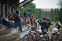 Berlin, Eine Gruppe von Menschen sitzt am Donnerstag (09.05.13) im Görlitzerpark in Berlin. Foto: Timur Emek/CommonLens