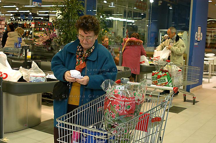 Roma, .Supermercato Coop Laurentino.Controllo dei prezzi.Rome.Supermarket Coop Laurentino.Price control