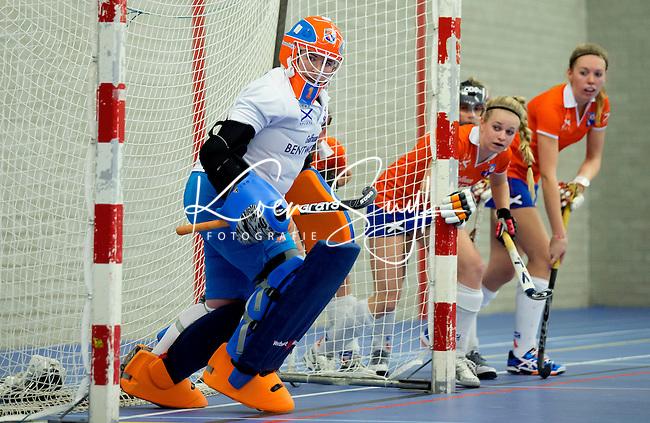 HEEMSKERK- Zaalhockey - Bloemendaal-Pinoke .  Strafcorner tegen Bloemendaal  met in het goal, Laura Sluyter.  Copyright Koen Suyk