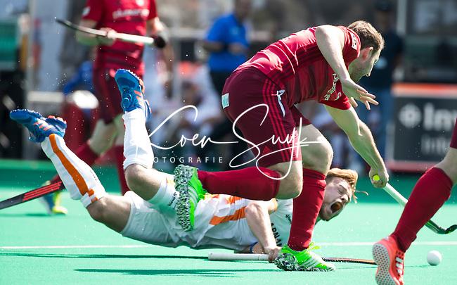 BRASSCHAAT (Belgie) -  Mink van der Weerden (Oranje-Rood) gaat onderuit tegen Jan Fleckhaus (RWK) tijdens de  Europa Hockey League finale Rot-Weis Koln - Oranje Rood (Eindhoven) (3-2)  ANP KOEN SUYK
