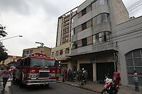 SAO PAULO, SP, 16/03/2013, INCENDIO.  Varias pessoas ficaram intoxicadas em um incendio em apartamento na Rua dos Lavapes n 1059 no bairro do Cambuci, no inicio da tarde desse Sabado (16). Cerca de dez pessoas foram socorridas pelos Bombeiros e encaminhas a hospitais da regiao. LUIZ GUARNIERI/ BRAZIL PHOTO PRESS.