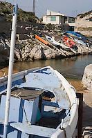 Europe/France/Provence-Alpes-Côte d'Azur/13/Bouches-du-Rhône/Marseille:Pointu et cabanons de pécheurs à la calanque de Callelongue