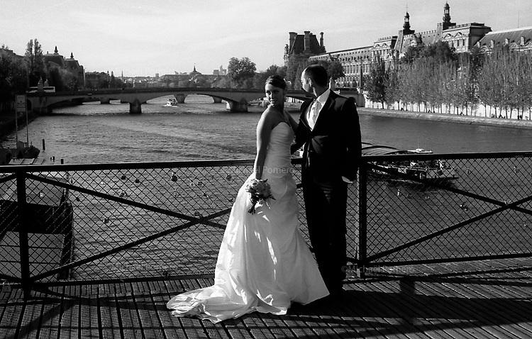 10.2010 Paris (&icirc;le de france)<br /> <br /> Mari&eacute;s en s&eacute;ance photo sur le Pont des Arts.<br /> <br /> Married in photo shoot on the Pont des Arts.