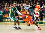 S&ouml;dert&auml;lje 2014-01-03 Basket Basketligan S&ouml;dert&auml;lje Kings - Bor&aring;s Basket :  <br /> Bor&aring;s James &quot;JJ&quot; Miller  och S&ouml;dert&auml;lje Kings John Roberson i kamp om bollen<br /> (Foto: Kenta J&ouml;nsson) Nyckelord: