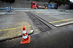 UTRECHT - Op de snelweg A27 bij Utrecht werken medewerkers van bouwconsortium De Utrechtse Tulp aan nieuw asfalt en reparatie aan de betonbak bij Amelisweerd. De weekend werkzaamheden zijn onderdeel van een groot pakket aan wegwerkzaamheden op de A27 tussen Everdingen en Rijnsweerd, en de A28 tussen Utrecht en Amersfoort. In opdracht van Rijkswaterstaat wordt ter hoogte van de open tunnelbak bij Rijnsweerd de hoofdbaan uitgebreid van 2 x 2 banen naar 2 x 3 banen. Door het werk door één aannemerscombinatie te bundelen hoopt Rijkswaterstaat de verkeershinder te beperken en de werkzaamheden efficiënter aan te pakken. Het consortium bestaat uit KWS/Van Hattum en Blankevoort/Vialis, (behorend tot VolkerWessels) en Mourik. COPYRIGHT TON BORSBOOM