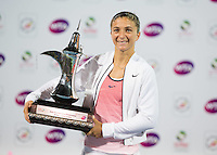 Sara Errani con il trofeo <br /> Tennis - Dubai Tennis Championships 2016 - WTA Tennis Damen - Dubai Duty Free Tennis Stadium - Dubai - - United Arab Emirates - 20 February 2016. Juergen Hasenkopf<br /> Foto Juergen Hasenkopf/Imago/Insidefoto