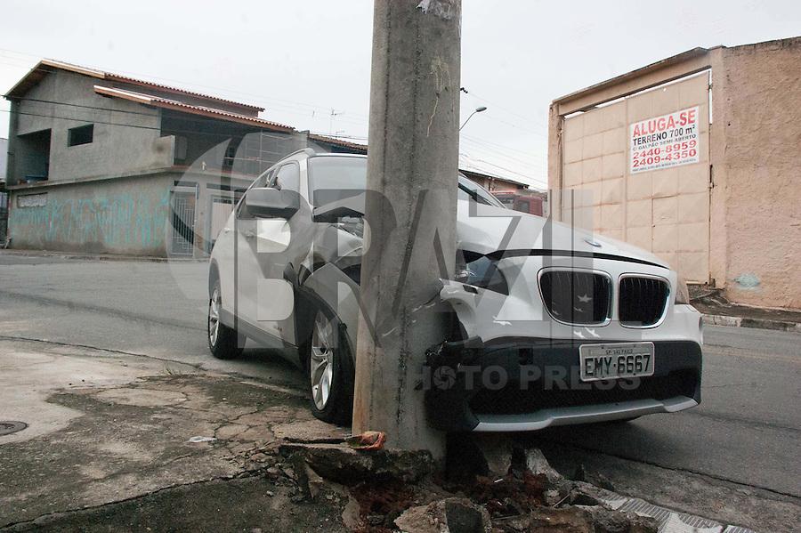 GUARULHOS SP, 13.03.2015 - ACIDENTE DE TRÂNSITO - AUTO - POSTE - Acidente envolvendo um carro que colidiu com um poste na manhã desta sexta-feira (13) na rua Piuma, no bairro do Jardim Bela Vista em Guarulhos. A vitima teve ferimentos leves e foi encaminhanda ao Hospital Municipal de Urgências (HMU) .(Foto: Renato Gizzi / Brazil Photo Press)