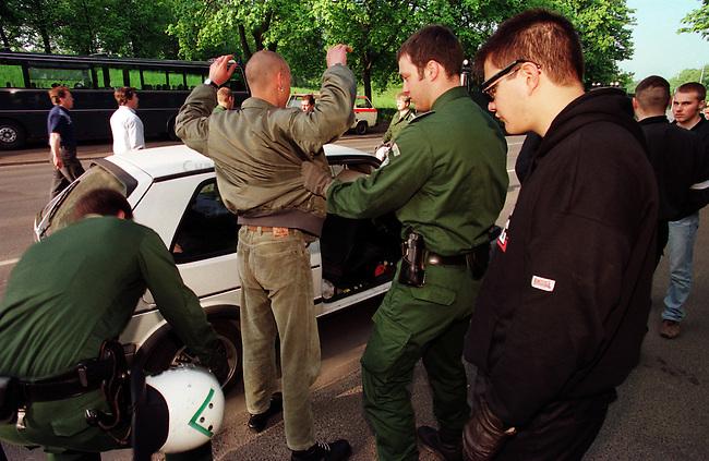 Etwa 4.000 Mitglieder und Sympathiesanten der NPD kamen zu einer Kundgebung vor das Voelkerschlachtdenkmal in Leipzig. Die NPD hatte 10.000 bis 15.000 Teilnehmer angekuendigt.<br /> Hier: Beamte des Bundesgrenzschutz durchsuchen Kundgebungsteilnehmer auf Waffen.<br /> 1.5.1998, Leipzig<br /> Copyright: Christian-Ditsch.de<br /> [Inhaltsveraendernde Manipulation des Fotos nur nach ausdruecklicher Genehmigung des Fotografen. Vereinbarungen ueber Abtretung von Persoenlichkeitsrechten/Model Release der abgebildeten Person/Personen liegen nicht vor. NO MODEL RELEASE! Nur fuer Redaktionelle Zwecke. Don't publish without copyright Christian-Ditsch.de, Veroeffentlichung nur mit Fotografennennung, sowie gegen Honorar, MwSt. und Beleg. Konto: I N G - D i B a, IBAN DE58500105175400192269, BIC INGDDEFFXXX, Kontakt: post@christian-ditsch.de<br /> Bei der Bearbeitung der Dateiinformationen darf die Urheberkennzeichnung in den EXIF- und  IPTC-Daten nicht entfernt werden, diese sind in digitalen Medien nach &sect;95c UrhG rechtlich geschuetzt. Der Urhebervermerk wird gemaess &sect;13 UrhG verlangt.]