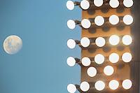 SÃO PAULO,SP, 20.03.2016 - LUA-SP - Lua na sua fase crescente é vista a partir do estádio Paulo Machado de Carvalho, o Pacaembu neste domingo, 20. (Foto: William Volcov/Brazil Photo Press/Folhapress)