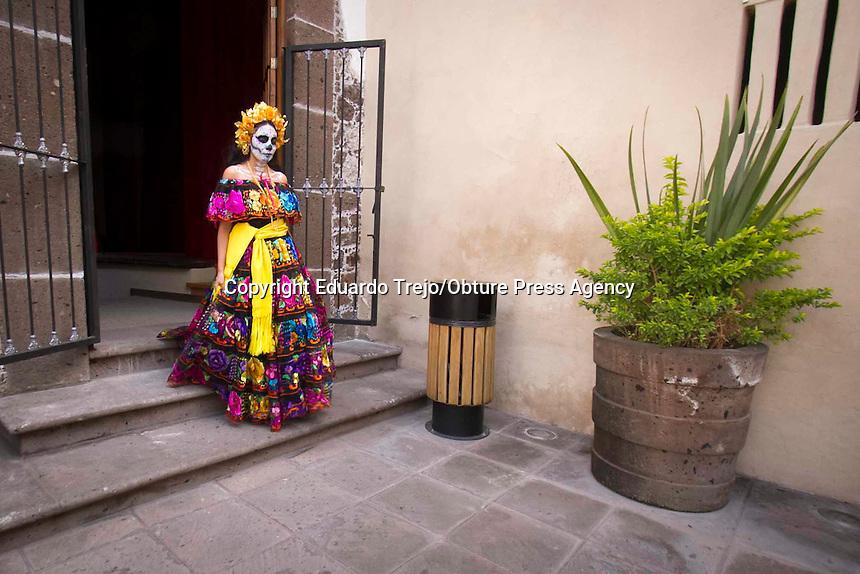 San Juan del R&iacute;o, Qro. 19 Octubre 2016.- El Director del Instituto Municipal de Cultura, Turismo y Juventud, Eduardo Guill&eacute;n Romero, present&oacute; el programa del Festival D&iacute;a de Muertos SJR 2016 en su decima edicion.<br /> <br /> Guill&eacute;n Romero, adelant&oacute; que el pr&oacute;ximo 27 de octubre se inaugurar&aacute; una Exposici&oacute;n del importante grabador y artista mexicano Jos&eacute; Guadalupe Posada, titulada &quot;M&aacute;s All&aacute; de La Catrina&quot;, esta obra estar&aacute; ubicada en el Portal del Diezmo.<br /> Adem&aacute;s de los concursos ya conocidos, como el de Pla&ntilde;ideras, Grabafantasmas, Disfraces, Calaveras Literarias y Ofrendas, en esta ocasi&oacute;n se innovara con el concurso &quot;Decora Tumbas&quot; y con la exposici&oacute;n de &quot;Calebrijes&quot;.