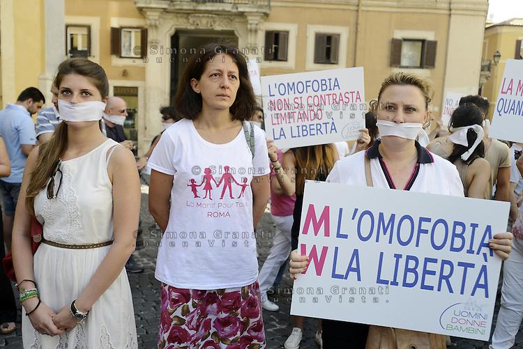 Roma,26 Luglio 2013<br /> Piazza Montecitorio<br /> Manifestazione e flash mob dell'Associazione &quot;Uomini donne e bambini&quot; contro la legge sull'omofobia che il Governo sta per varare e il reato di opinione introdotto. &quot;In piazza per riscrivere la legge&quot;, &quot;L'omofobia non si contrasta limitando la liberta'&quot;, &quot;No alla nuova inquisizione&quot;, si legge sui cartelli esposti dai manifestanti.<br /> Bavaglio e catene come simbole della protesta