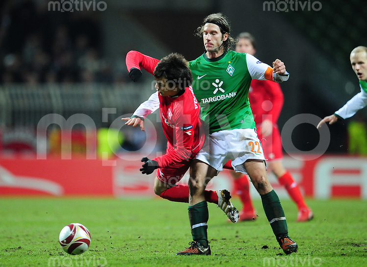 FUSSBALL  EUROPA LEAGUE   SAISON 2009/2010   SECHZEHNTELFINALE Werder Bremen - FC Twente Enschede                      25.02.2010 Torsten FRINGS (re, Bremen) gegen Dario VUJICEVIC (li, Enschede)