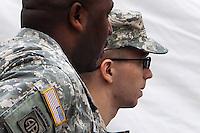 JL03 FORT MEADE (ESTADOS UNIDOS) 17/12/2011.- El soldado estadounidense Bradley Manning (d), sospechoso de filtrar miles de documentos secretos a WikiLeaks, es escoltado por otro soldado durante la segunda jornada de la audiencia preliminar destinada a clarificar si hay pruebas suficientes para la apertura de un proceso militar en su contra, en Fort Meade, Estados Unidos, hoy, sábado 17 de diciembre de 2011. EFE/JIM LO SCALZO