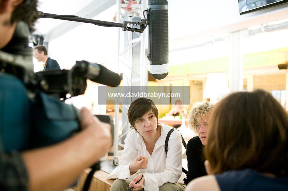 Catherine Corsini (2G), Jeanne Labrune (2D), dejeuner de presse, 20 ans de la Fondation Groupama-Gan pour le Cinema, Cannes, France, 18 mai 2007.