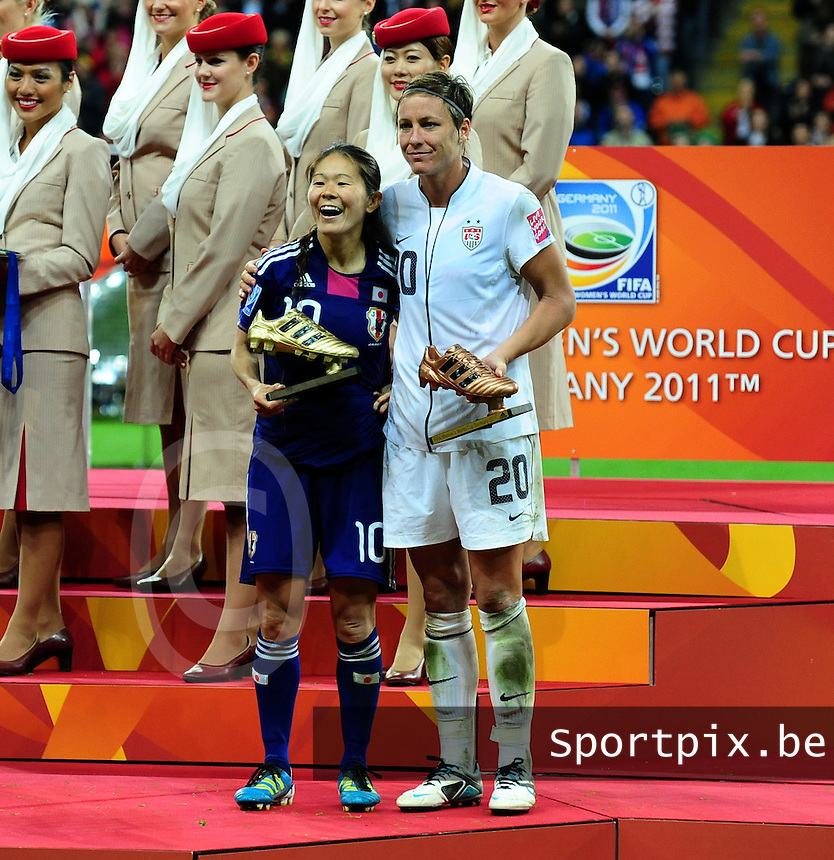 Fifa Women's World Cup Germany 2011 : Japan - USA  at Commerzbank Arena Frankfurt : Homare Sawe en Abby Wambach poseren met hun golden en bronzen Boot.foto DAVID CATRY / Vrouwenteam.be
