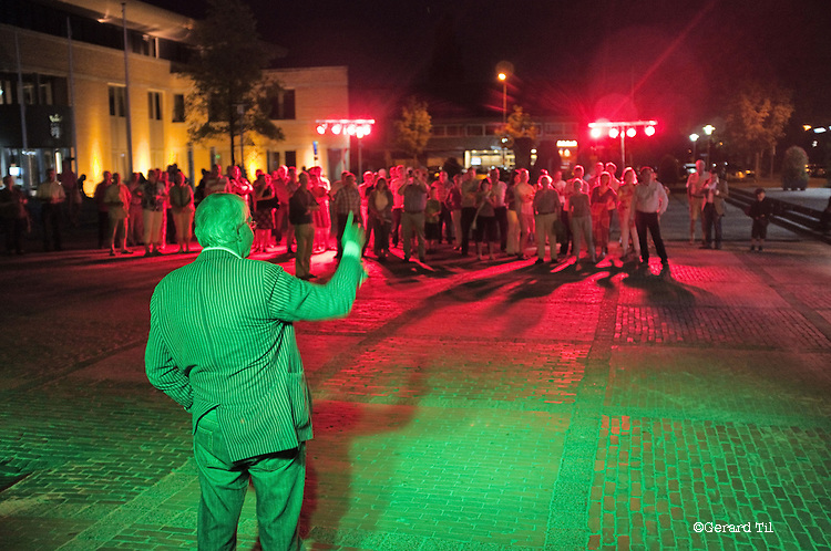 Nederland, Haaren, 03-09-2010 Discussie over de stelling ' Schaliegas is de beste toekomstige energiebron' . De dorpsbewoners (rood) zijn 't oneens. In het groen Henk Duiverman (groen) directeur Brabant Resouces is het eens met stelling. De gemeente Haaren in Noord-Brabant organiseert een avond met film en debat op het dorpsplein. Ze willen de meningen peilen over het toestaan van boringen naar schaliegas. De Stichting SchalieGASvrij Haaren en het bedrijf Cuadrilla Resources spreken tijdens de manifestatie.   FOTO: Gerard Til