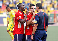 BUCARAMANGA-COLOMBIA-31-01-2016. Juan F Caicedo y Mauricio Molina jugadores del Medellín discuten con Andres Rojas, árbitro, durante el partido entre Atlético Bucaramanga e Independiente Medellín por la fecha 1 de la Liga Águila I 2016 jugado en el estadio Alfonso López de la ciudad de Bucaramanga./ Juan F Caicedo and Mauricio Molina discussed with Andres Rojas, referee, during a match between Atletico Bucaramanga and Independiente Medellin in match for the date 1 of the Aguila League I 2016 played at Alfonso Lopez stadium in Bucaramanga city. Photo: VizzorImage / Duncan Bustamante / Cont