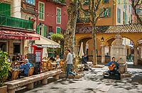 Frankreich, Provence-Alpes-Côte d'Azur, Menton: Platz und Restaurants an der Rue Saint-Michel in der Altstadt | France, Provence-Alpes-Côte d'Azur, Menton: square and restaurants near Rue Saint-Michel in old town