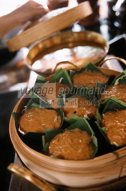 """Thaïlande/Bangkok: Cuisson des """"Hammo Pla"""" à la vapeur -légumes poissons crevettes coco & feuilles de bananier - au restaurant """"The Market Place"""" de l'hotel """"Marriott"""""""