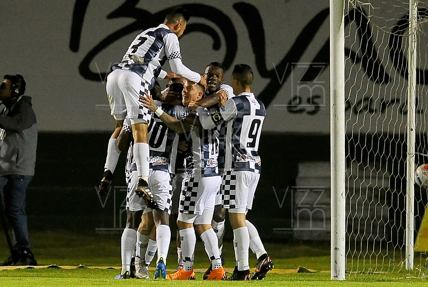TUNJA - COLOMBIA, 07-10-2018: Jugadores de Boyacá Chicó FC celebran el segundo gol en contra de America de Cali durante partido por la fecha 13 Liga Águila II 2018 realizado en el estadio La Independencia en Tunja. / Players of Boyaca Chico FC celebrate the second goal scored to America de Cali during match for the date 13 of Aguila League II 2018 played at La Independencia stadium in Tunja. Photo: VizzorImage / Julian Medina / Cont