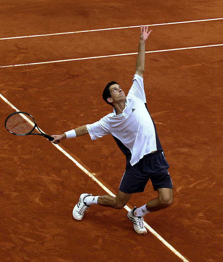 Photo. Richard Lane. .Roland Garros 2002, French Open Tennis. 28/5/2002.Tim Henman serves.