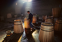 Europe/France/Poitou-Charentes/16/Charente/Cognac/Tonnellerie Seguin Moreau : Cintrage [Non destiné à un usage publicitaire - Not intended for an advertising use]<br /> PHOTO D'ARCHIVES // ARCHIVAL IMAGES<br /> FRANCE 1990