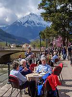 Stra&szlig;encaf&eacute;an der Winterpromenade, Meran-Merano, Bozen &ndash; S&uuml;dtirol, Italien<br /> Street caf at winter promenade, Meran-Merano, province Bozen-South Tyrol, Italy