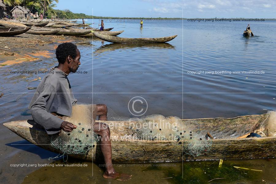 MADAGASCAR Mananjary, village ANILAVINARY at canal des Pangalanes, fishing boat / MADAGASKAR, Region Mananjary, Fischerdorf ANILAVINARY, Boote und Netze