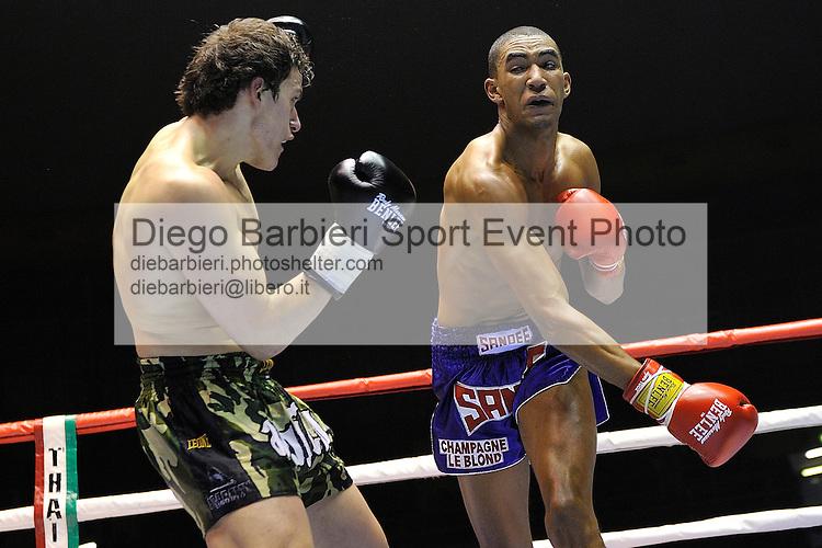 02 marzo 2012 - Thai Boxe Mania<br /> Torino, Palaruffini<br /> <br /> Raffaele Spallita (SX) ITA<br /> Momo Wade (DX) ITA