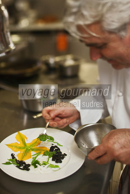 Europe/France/Provence-Alpes-Côte d'Azur/06/La Turbie:  Bruno Cirino en cuisine  prépare son assiette de Calamars grillés, fleurs de courgettes, petites pâtes à l'encre - Hostellerie Jérôme [Non destiné à un usage publicitaire - Not intended for an advertising use]