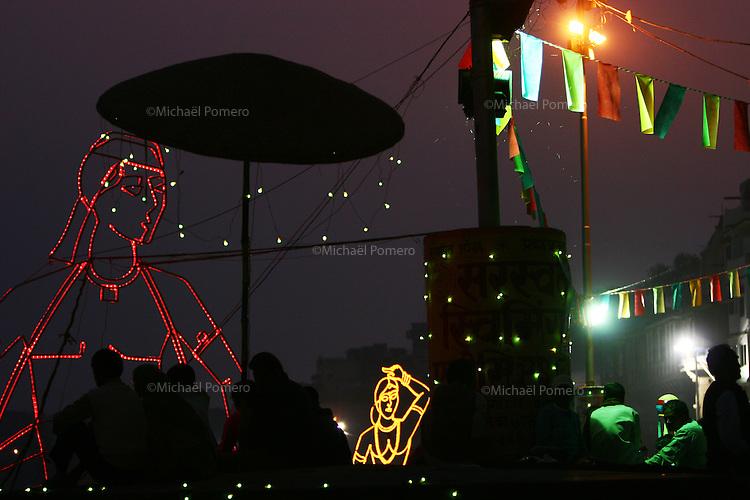 27.11.2008 Varanasi(Uttar Pradesh)<br /> <br /> Lights decorations for dance show.<br /> <br /> Décoration lumineuse pour un spectacle de danse.