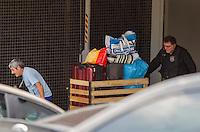 CURITIBA, PARANÁ, 12.11.2015 - LAVA-JATO - O ex-diretor da área Internacional da Petrobras, Nestor Cerveró (Jaqueta marrom), e o lobista ligado ao PMDB, João Augusto Henriques (Camisa branca e calça escura), presos na operação Lava Jato, durante transferência da sede da Policia Federal, na capital paranaense, para o Complexo Médico Penal (CMP) em Pinhais, na Região Metropolitana de Curitiba (PR), na manhã desta quinta-feira, (12). (Foto: Paulo Lisboa/Brazil Photo Press)