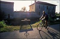 Giussago (Pavia). La pista ciclabile lungo il Naviglio Pavese, presso la conca di Nivolto, e una bocca di presa --- Giussago (Pavia). Bicycle path along the Naviglio Pavese canal, at the pound of Nivolto