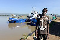 KENYA Kisumu port at Lake Victoria, cargo ships from Uganda, sailor with anchor print on T-shirt / KENIA Kisumu, Hafen am Viktoria See, Frachtschiffe aus Uganda