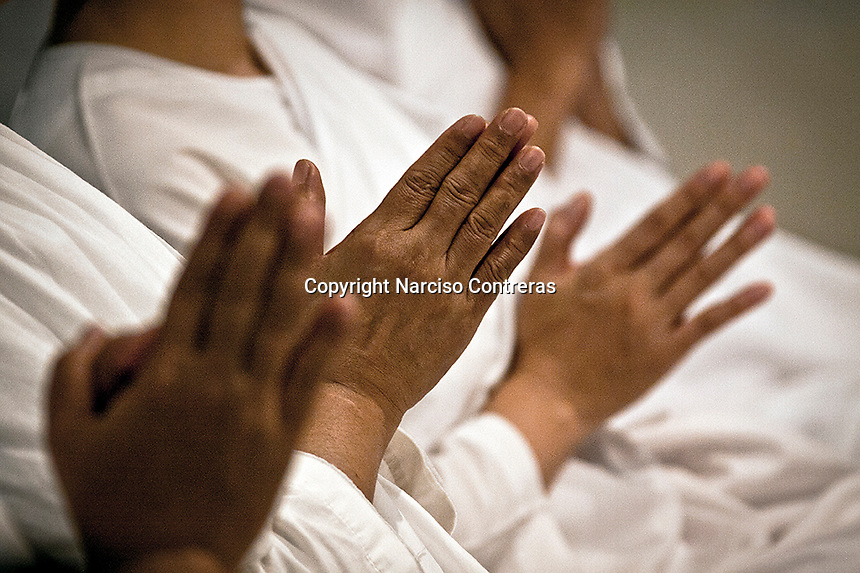 """Thai nuns carry out evening meditation at the Sathira Dhammasathan meditation centre. Increasingly mae chii can also be found in independent ?nunneries? or """"samnak chii"""" where they undertake domestic duties, grow crops, practice meditation, undertake studies in the dharma and, increasingly, provide teaching in the dharma and meditation to lay Buddhists."""