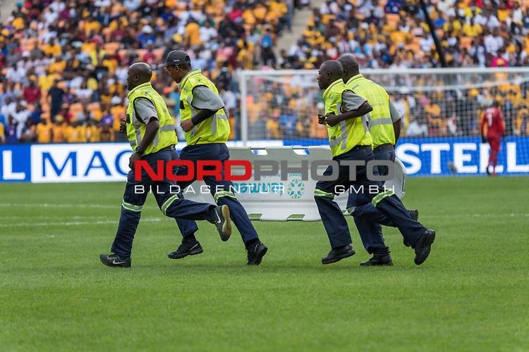 05.01.2019, FNB Stadion/Soccer City, Nasrec, Johannesburg, RSA, Premier League, Kaizer Chiefs vs Mamelodi Sundowns<br /> <br /> im Bild / picture shows <br /> <br /> Sanitaeter mit einer Trage laufen auf den Platz <br /> <br /> <br /> Verletzung / verletzt / Schmerzen<br /> <br /> Foto &copy; nordphoto / Kokenge