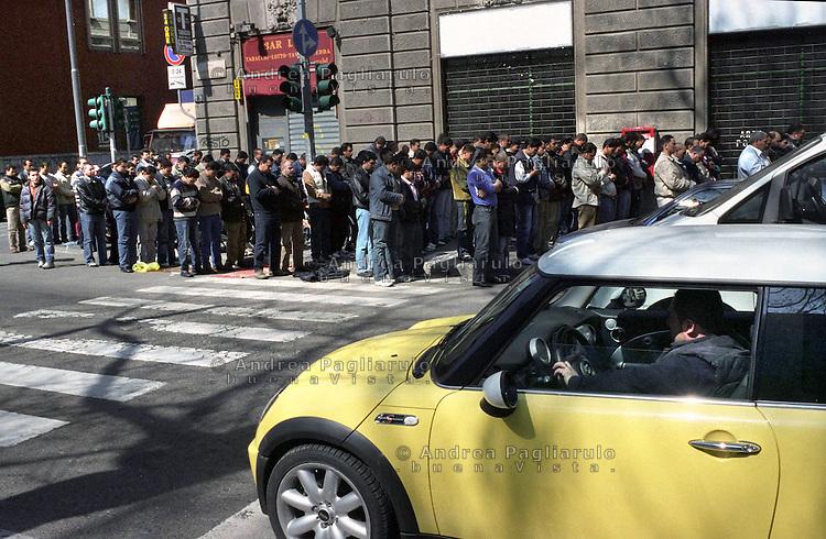 Milano, Preghiera del venerdi' in viale Jenner<br /> Milan, Islamic prayer in Jenner street