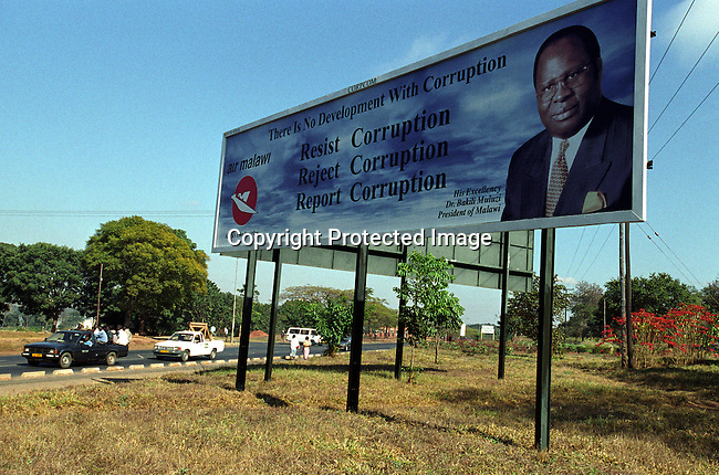 dicomal00008 Malawi. A billboard of Bakili Muluzi, the President of Malawi teaching a message of anti corruption on June 13, 2002 in Lilongwe, Malawi. President Muluzi is trying to hold on to a 3rd term as a president. Malawi has recently been hit by and has been hit by drought and flooding and a food crisis is looming in the country..©Per-Anders Pettersson/iAfrika Photos....