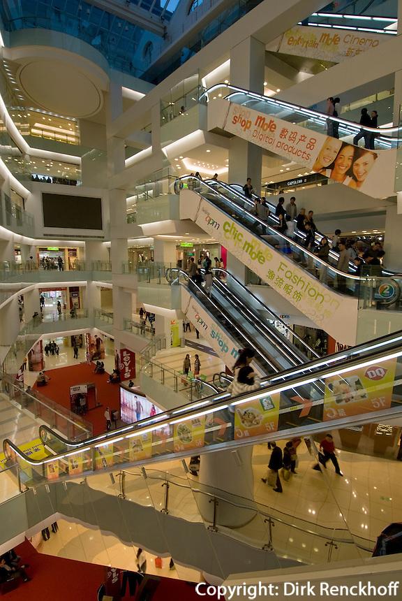 China, Peking (Beijing), im Kaufhauskomplex Sun Dong An Plaza, auf der Wangfujing Dajie
