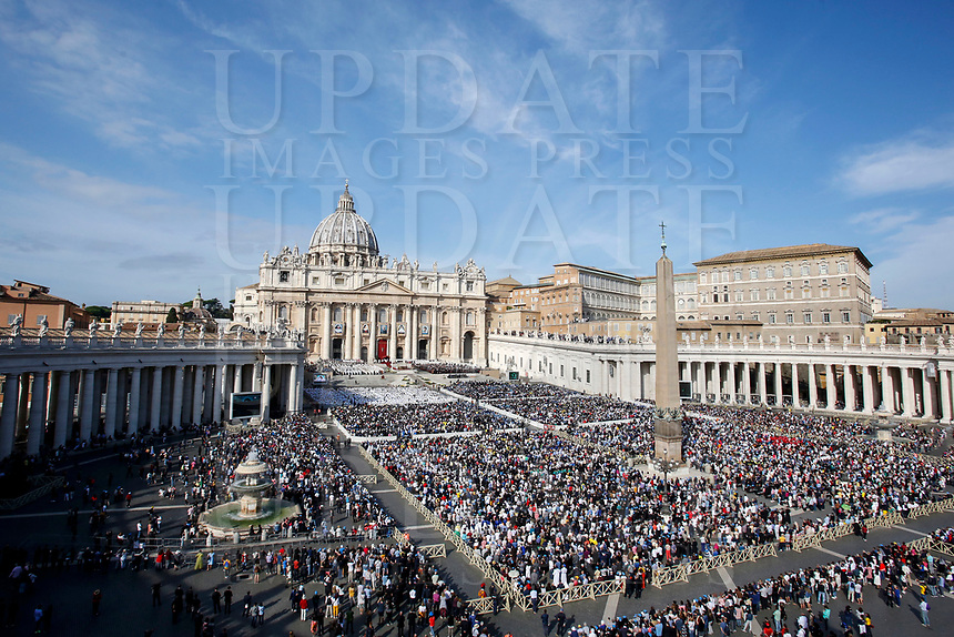 A general view of St. Peter's Square during a Mass celebrated by the Pope for the canonization of the blessed Giovanni Enrico Newman, Giuseppina Vannini, Maria Teresa Chiramel Mankidiyan, Dulce Lopes Pontes and Margarita Bays, at the Vatican, October 19, 2019. UPDATE IMAGES PRESS/Riccardo De Luca <br /> <br /> STRICTLY ONLY FOR EDITORIAL USE